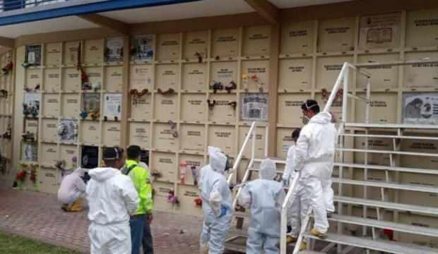 EKVADOR'DA KORANADAN ÖLENLER MEZARDAN ÇIKARILIYOR
